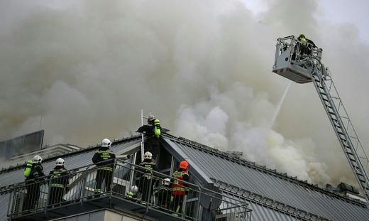 Ein Feuerwehrmann wurde bei dem Einsatz leicht verletzt