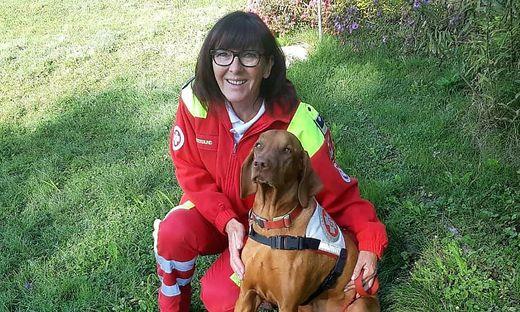 """Die Veldenerin Edith Nessmann, hier mit Hund """"Dario"""", ist ehrenamtliche Mitarbeiterin beim Samariterbund"""
