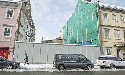 Nichts zeugt mehr von dem markanten Palliardi-Haus in der Karfreitstraße. Die Fassade wurde vor Kurzem vollständig  abgerissen