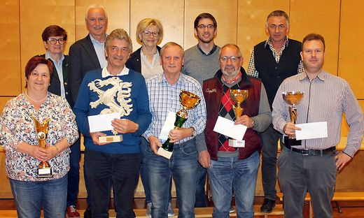 Christiane Pichler, Feiel, Menhart, Hofbauer und Gerhard Pichler (vorne v. l.) mit Organisatoren und Gratulanten