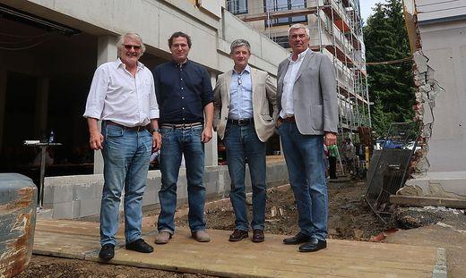 Fritz Pichler (3. v. l.) bei einer Besichtigung der Baustelle im Juli