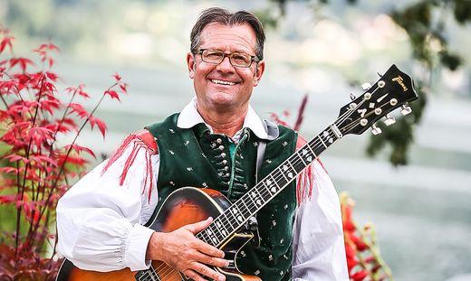 """Live und """"unplugged"""": Robert Fritzer mit Gitarre und Oberkrainer-Tracht"""