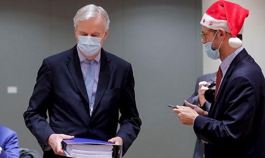 EU-Verhandler Barnier mit dem Brexit-Dokument