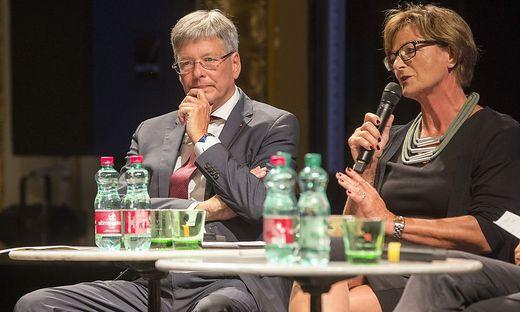 Landeshauptmann Peter Kaiser und Hilde Gaggl, Bürgermeisterin von Krumpendorf, bei der Informationsveranstaltung
