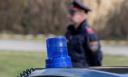 Polizist vor Blaulicht (Sujetfoto)