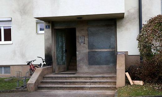Die Spuren des Bombenanschlags in Guttaring sind am Haus deutlich zu sehen. Die Ermittler mussten den gesamten Parkplatz nach kleinsten Resten der Paketbombe absuchen