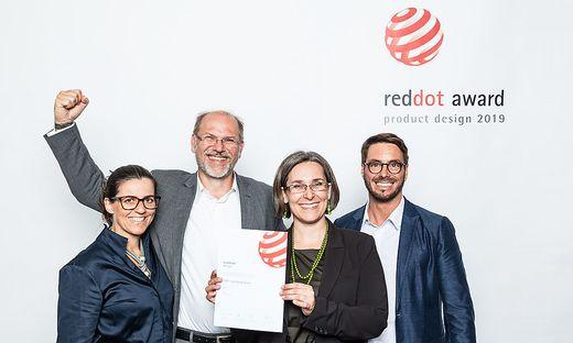Red Dot Award für steirische Schraube: Claudia Baumgartner, Gerhard Oliver und Regina Hubmann sowie Christian Mülner bei Gala in Essen
