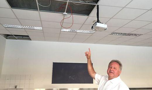 Josef Huber, Direktor der LFS Litzlhof, zeigt eine vom Wasser beschädigte Decke im Gebäude