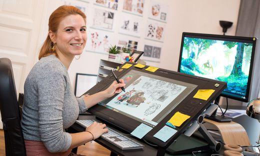 Sarah-Lisa Hleb setzt ihre kreativen Ideen an einem Grafiktablet um, die Inspirationen findet sie im Alltag, im Café oder am Flughafen