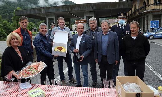 Bürgermeister aus Kärnten, Friaul und Slowenien stießen am Montag in Thörl-Maglern auf die Öffnung der Grenzen an