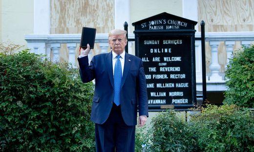 Die Bibel als  Waffe: Donald Trump vor der St. John's Church in Washington