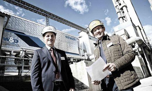 Salzer (links) und Weber vor der neuen Nachverbrennungsanlage