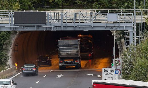 Ein defekter Lkw soll die Fahrbahn blockieren (Sujetbild)