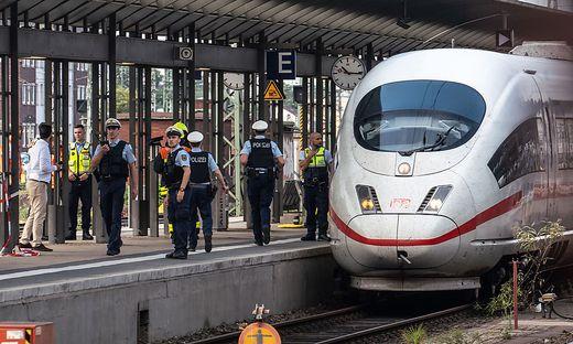 In Frankfurt hatte ein Mann ein Kind auf die Gleiße gestoßen