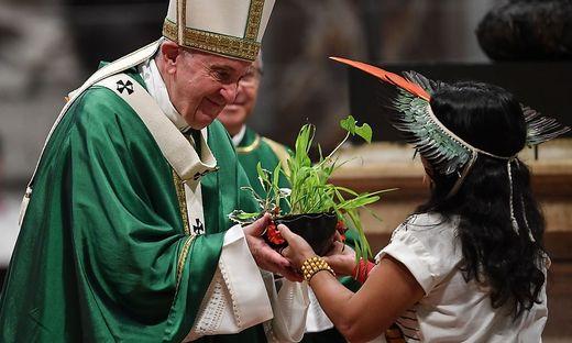 TOPSHOT-VATICAN-POPE-MASS-AMAZONIA-SYNOD