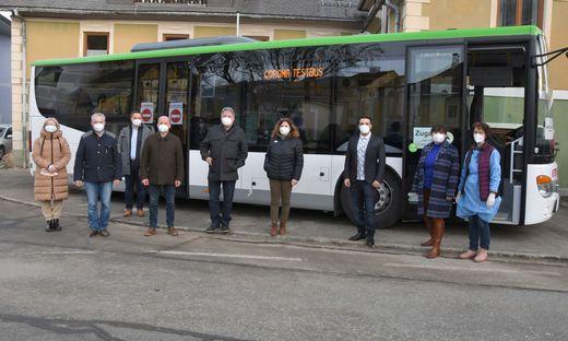 Vertreter von Gemeinden und Land bei der ersten Fahrt des Testbusses im Bezirk Murau