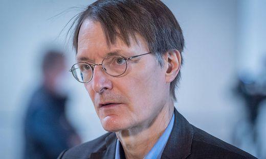 Karl Lauterbach gibt Interview im Bundestag