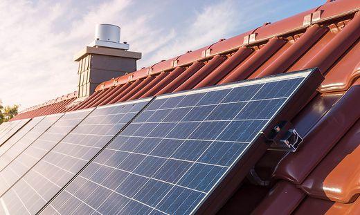 Mit dem gesteigerten Bewusstsein für einen ökologischen Fußabdruck wächst auch das Bedürfnis nach sauberer Energie – wie in diesem Fall für eine Photovoltaikanlage auf einem Dach