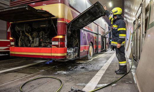 Motorbrand bei Bus im Tunnel