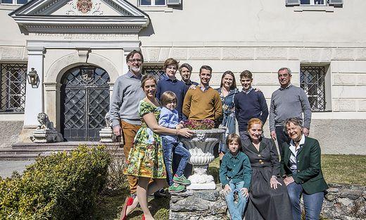 Wenn die Familie zusammenkommt, ist Leben im Schloss: Marko Peschl (links außen) und seine Schwester Carola (vorne links) mit ihren Familien