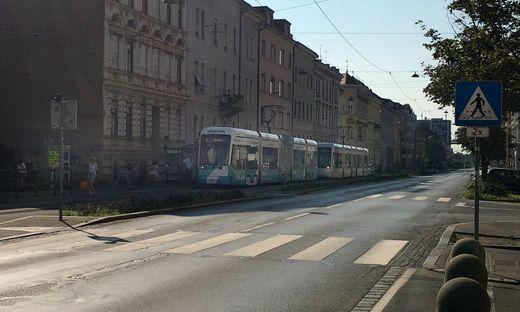 Der Straßenbahnverkehr musste nach dem Unfall unterbrochen werden, ein Schienenersatzverkehr wurde eingerichtet