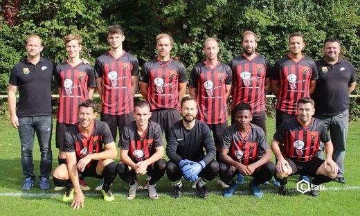 Ein Bild aus besseren Tagen: Die Kampfmannschaft mit Trainer Bernd Spitzer (ganz links).