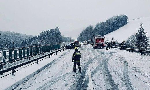 Auf der schneeglatten Fahrbahn auf der Südautobahn (A 2) kam es am Sonntag zu einem Unfall