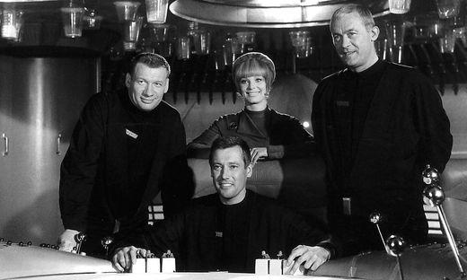 Leutnant Monti (Wolfgang Völz), Major Allister (Dietmar Schönherr), Leutnant Jagellovsk (Eva Pflug) und Leutnant Sigbjoernson (Claus Holm)