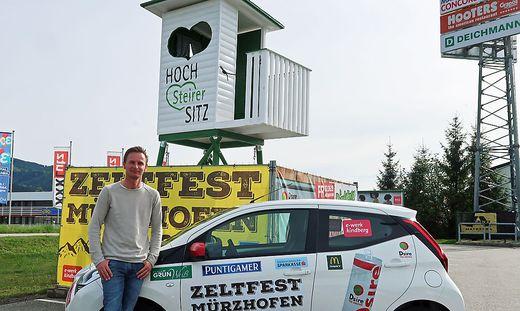 Gerald Piller vor dem Auto und dem Hochsitz