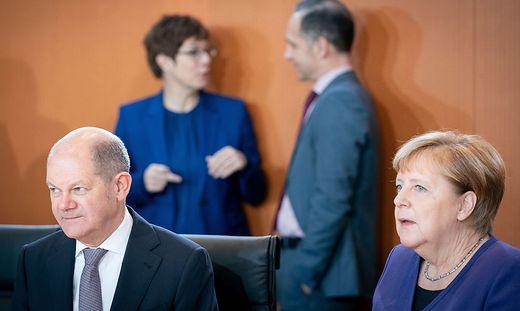 Finanzminister Olaf Scholz (SPD) und Bundeskanzlerin Angela Merkel (CDU) - im Hintergrund Verteidigungsministerin Annegret Kramp-Karrenbauer (CDU) und Außenminister Heiko Maas (SPD)