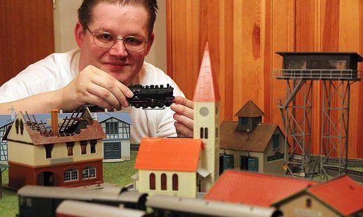 Modellbauer Michael Glinik freut sich über Helfer