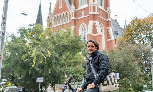 Martin Auer vor der Herz-Jesu-Kirche an der er oft vorbeiradelt