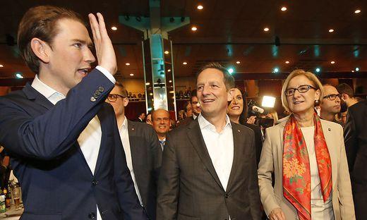 Sebastian Kurz, Christian Benger und Johanna Mikl-Leitner in der Klagenfurter Messehalle