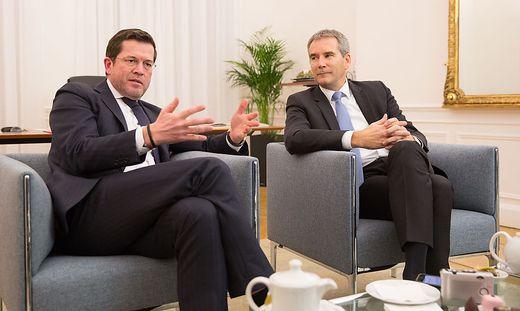 Karl-Theodor zu Guttenberg und Finanzminister Hartwig Löger