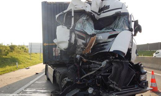 Drei Leichtverletzte nach Kollision zweier Lkw auf Wiener S2