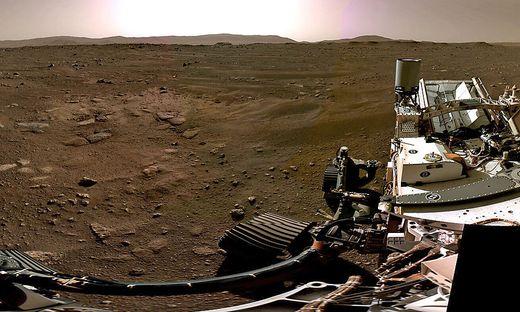 """Die Aussicht, die """"Perseverance"""" bis auf Weiteres hat: Marswüste mit dem Rand des Jezero-Kraters im Hintergrund"""