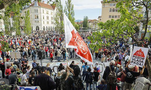 """Der friedliche Protest war von Musik und Reden begleitet. """"Stopp dem Jansismus. Die Wahlen jetzt"""" und """"Regierung fällt"""", skandierten die Demonstranten unter anderem am Freitag"""