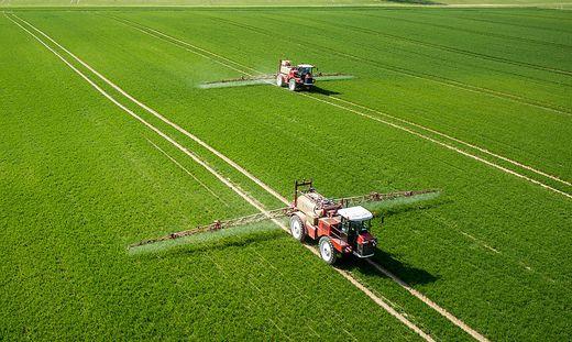 Ein Feld wird mit Chemikalien besprüht