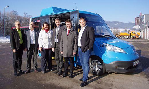 Christian Wohlmuth und Wolfgang Grill (Stadtwerke), MVG-Verkehrsleiterin Anja Benesch, Fritz Kratzer, Gerhard Deutsch und Matthias Mazuheli (Firma Kutsenits), dahinter der neue Bus