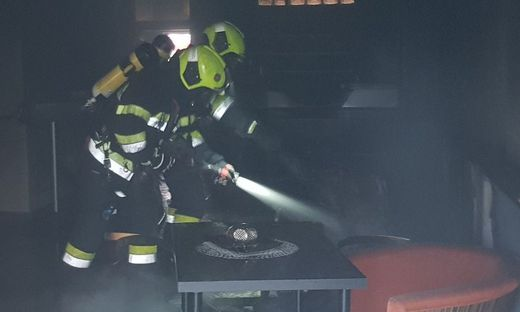 Mit schwerem Atemschutz rückten die Feuerwehrleute an