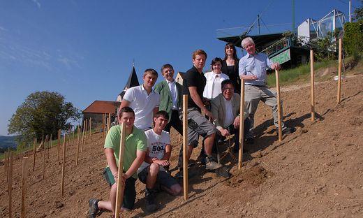 Die ersten Weinstöcke werden ausgepflanzt. Bürgermeister Johann Weidinger mit Projektpartner Alois Ulrich, Jungwinzern und den Landschaftsplanerinnen.