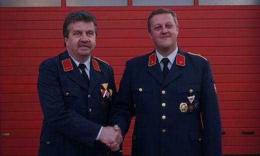 Johann Greiner, 24 Jahre lang Kommandant der FF Globasnitz, gratuliert Nachfolger Werner Gorenschek