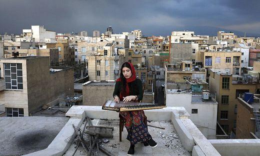 Mojgan Hosseini musiziert auf ihrem Dach