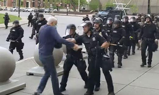 75-Jährigen zu Boden gestoßen - Zwei US-Polizisten suspendiert