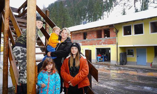 Samuel, David, Marlene, Sabine und Anna Istenig mussten nach den Niederschlägen ihr Haus