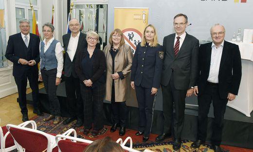Roswitha Bucher (5. von links) mit LH Kaiser,  Landespolizeidirektorin Michaela Kohlweiß, Landesgerichtspräsident Bernd Lutschounig und Vortragenden bei der Tagung