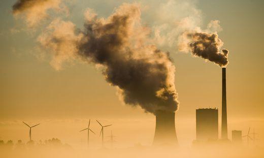 Energiewende? In Mehrum produzieren Kohlekraftwerk und Windräder Strom