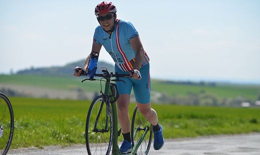 Pašek sattelte vom Rad auf den Tretroller um. Damit durchquerte er bereits Zypern und Österreich