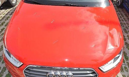 Das Fahrzeug der 80-Jährigen wurde vermutlich mit einer Axt schwer beschädigt
