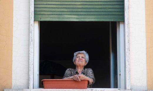 Dass man dann allenfalls an Fenstern sitzend jemandem zuwinken kann, ist wohl nicht der Zuneigung, die auch ältere Menschen brauchen